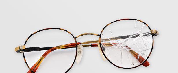 Brille mit zersprungenem Glas