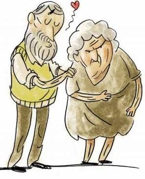 Älterer Mann versucht seiner Frau liebevoll einen Kuss zu geben, während sie sich grimmig wegdreht.