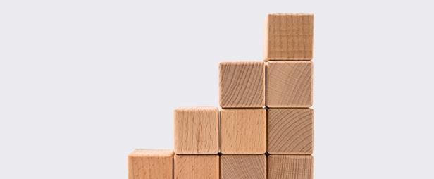 Aufgetürmte Holzklötze